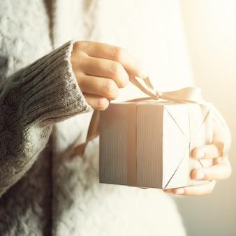 Kobieta wręcza otwierać prezenta pudełko, kopii przestrzeń. boże narodzenie, rok, koncepcja urodzin. transparent