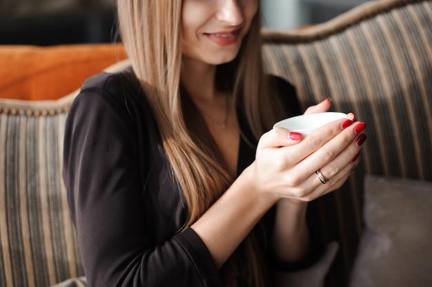 Kobieta wręcza trzymać filiżankę gorący napój
