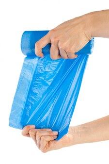 Kobieta wręcza trzymać torba na śmiecie odizolowywa na bielu