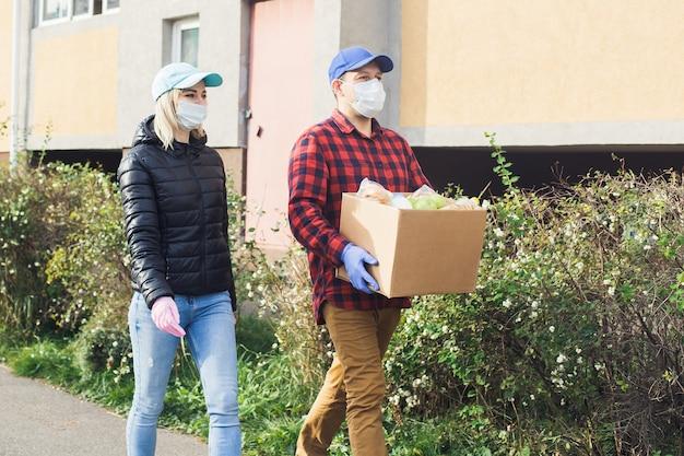 Kobieta wrzuca plastikową butelkę do worka pod śmieci, zbliżenie, pojęcie ekologii i ochrony ziemi.