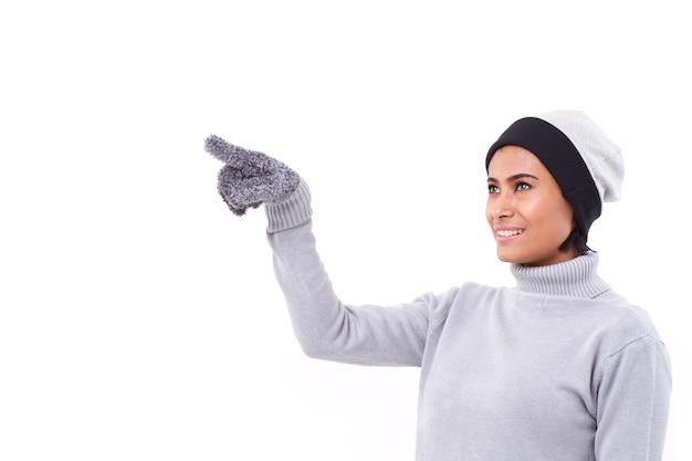 Kobieta Wskazuje Up, Spadek Lub Zima Strój Premium Zdjęcia