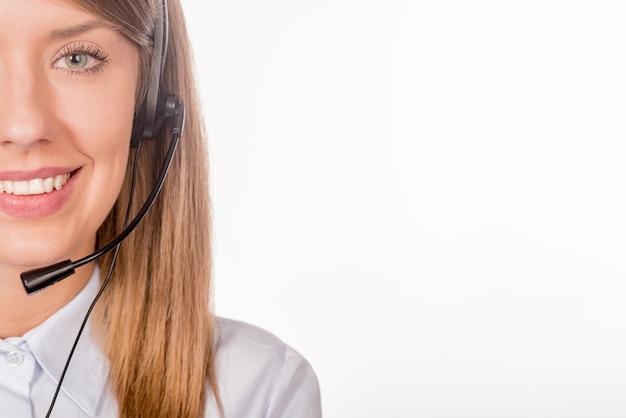 Kobieta wsparcia klienta operatora z zestawu słuchawkowego i uśmiecha się