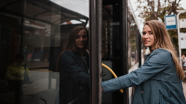 Kobieta wspina się po schodach autobusu