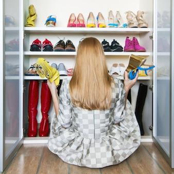 Kobieta wybiera buty od jej szafy