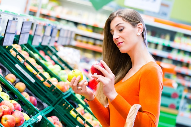 Kobieta wybiera owoc w supemarket