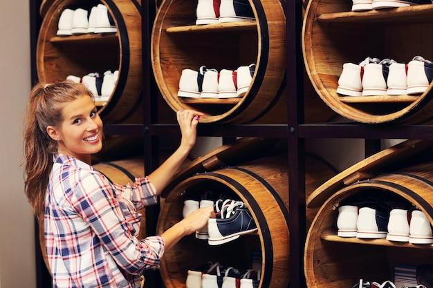 Kobieta wybierająca buty do kręgli