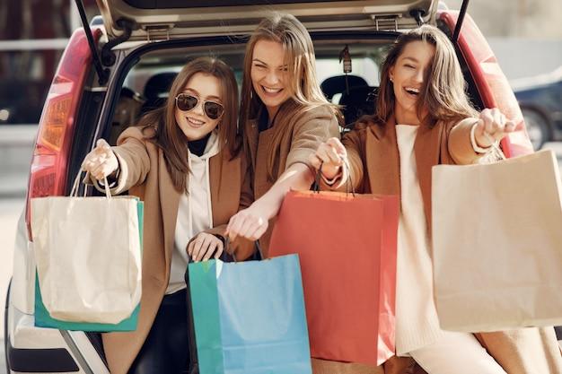 Kobieta wychodzi na zewnątrz z torby na zakupy