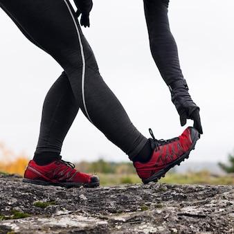 Kobieta wyciąga nogi przed biegiem