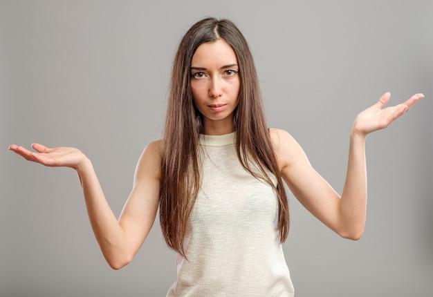 Kobieta wyciąga ręce