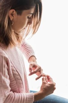 Kobieta wyciągając złote obrączki