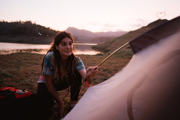 Kobieta wycieczkowicz przygotowywa robi namiotowi