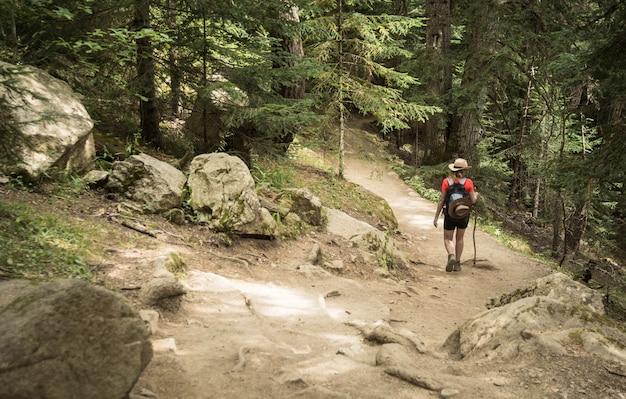 Kobieta wycieczkuje w parku narodowym d'aiguestortes w pyrenees w hiszpania