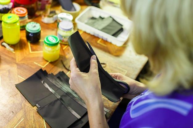 Kobieta wycina część portfela
