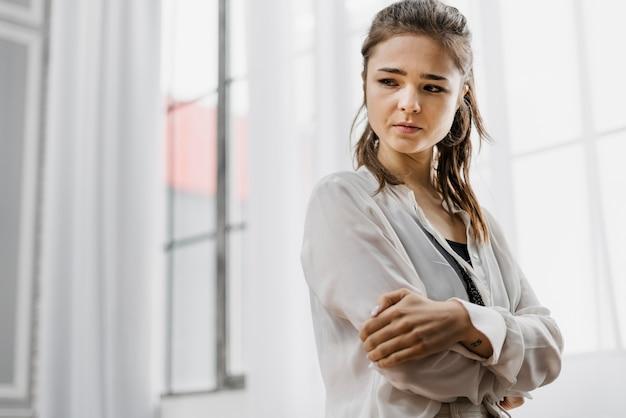 Kobieta wyglądająca na smutną, ponieważ za dużo pracowała w domu