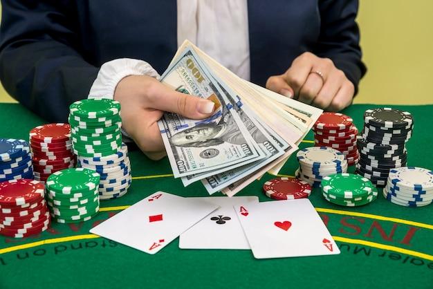 Kobieta wygrywa dolary, gra w karty i żetony