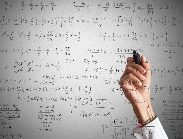 Kobieta wyjaśnia i rozwiązuje obliczenia matematyczne