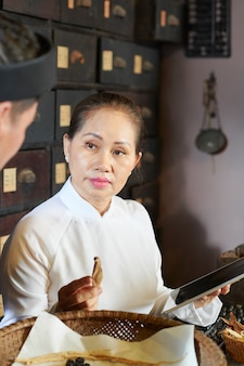 Kobieta wyjaśnia zalety grzyba shiitake