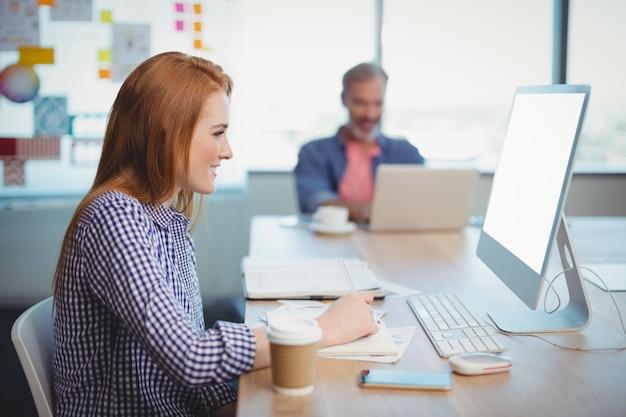 Kobieta wykonawczy pracuje na komputerze