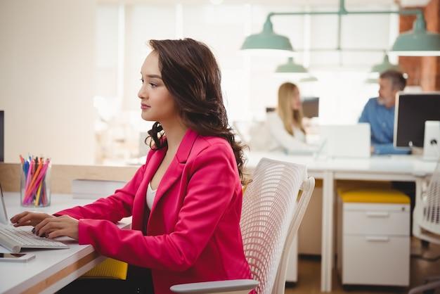 Kobieta wykonawczy pracuje przy biurku