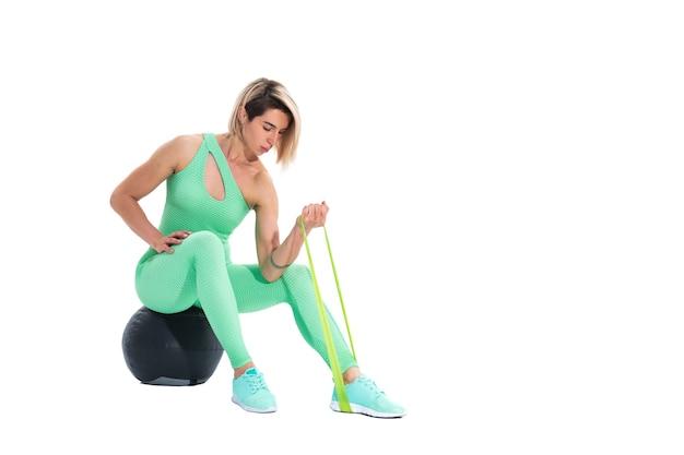 Kobieta, wykonując zespoły oporu fitness w studio