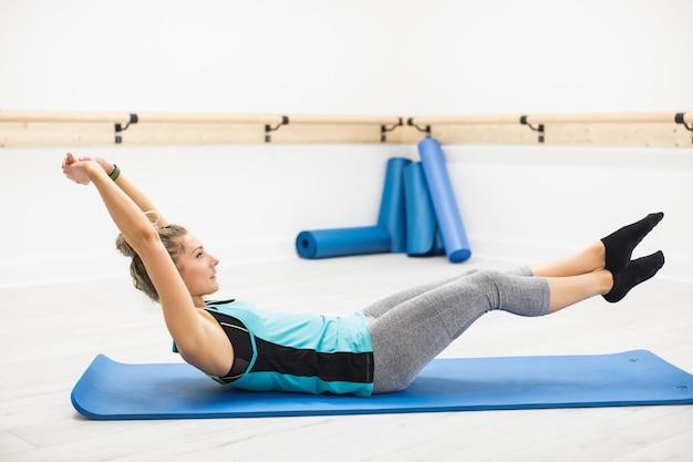 Kobieta wykonująca ćwiczenia rozciągające
