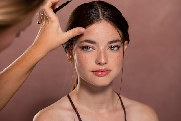 Kobieta wykonująca makijaż przez profesjonalistę