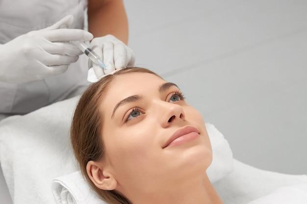 Kobieta Wykonująca Specjalną Procedurę Przywracania Włosów Premium Zdjęcia