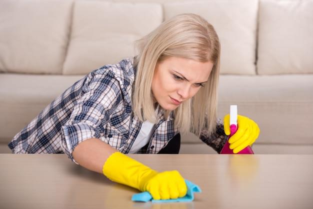 Kobieta wykonuje prace porządkowe w domu.