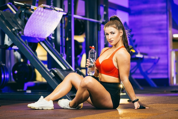 Kobieta wykonywania ćwiczeń fitness na siłowni