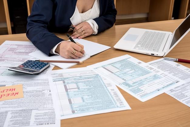 Kobieta wypełniająca formularz podatkowy w usa