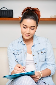 Kobieta wypełniająca formularz