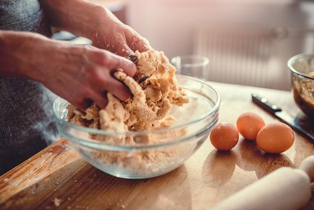 Kobieta wyrabia ciasto