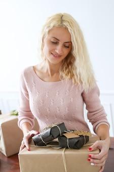 Kobieta youngo z prezentami