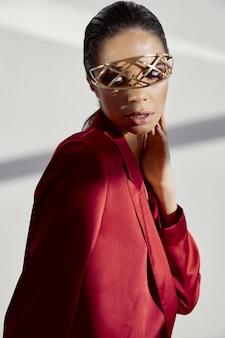 Kobieta z akcesorium przed oczami i czerwonym garniturze portretowym