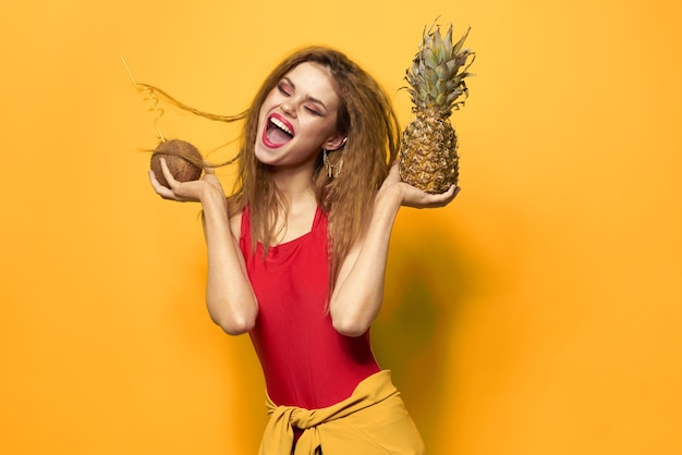 Kobieta z ananasem i kokosowym koktajlem egzotycznych owoców lato styl życia żółty