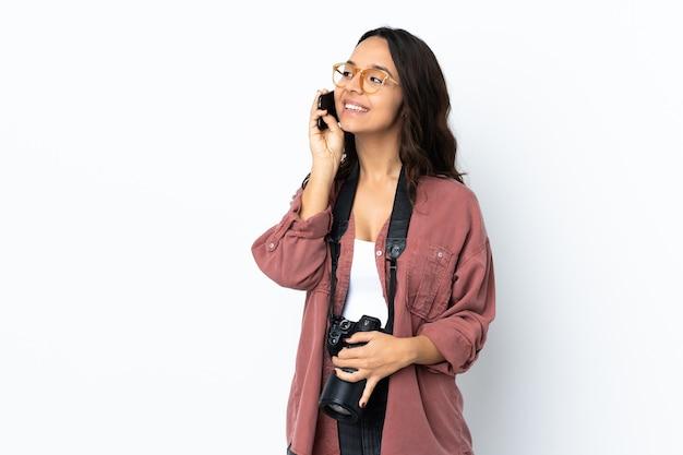 Kobieta z aparatem w studio