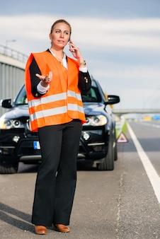 Kobieta z awarią samochodu wzywając holowanie firmy