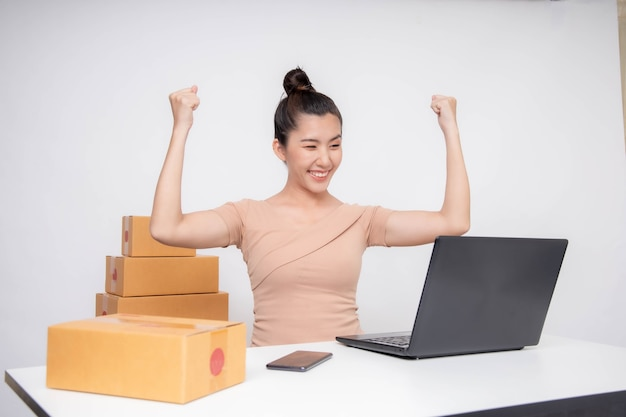 Kobieta z azji rozpoczęcie działalności w internecie. osoby z zakupami online jako przedsiębiorca lub niezależny przedsiębiorca.