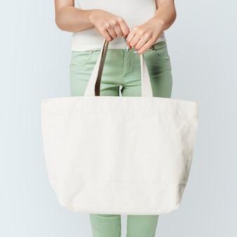 Kobieta z białą torbą na ramię