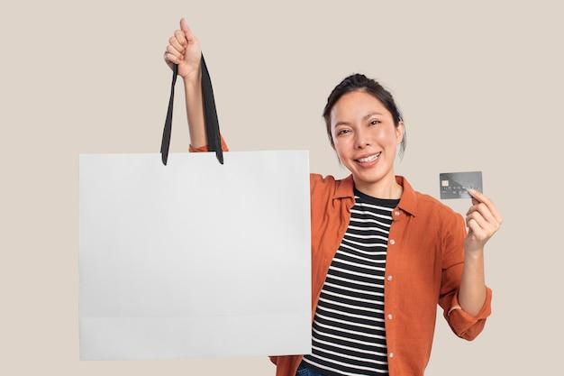 Kobieta z białą torbą na zakupy z zaprojektowaną przestrzenią