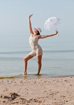 Kobieta z białym parasolem