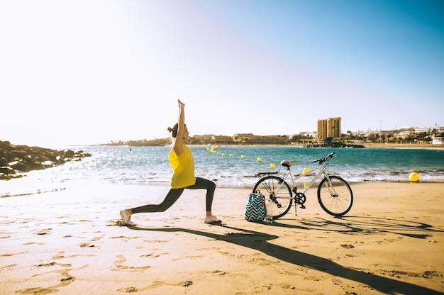 Kobieta z bicyklem w plaży