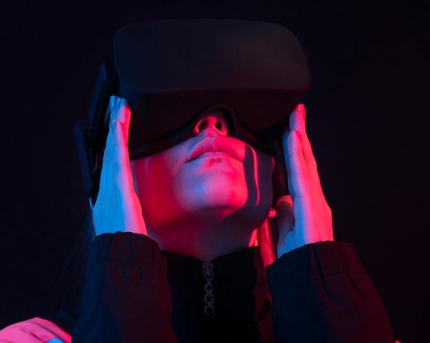 Kobieta z bliska futurystyczne urządzenie