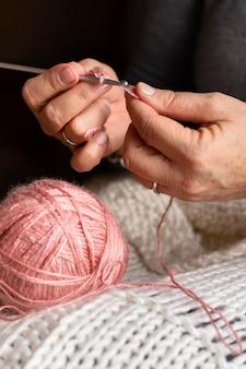 Kobieta z bliska na drutach