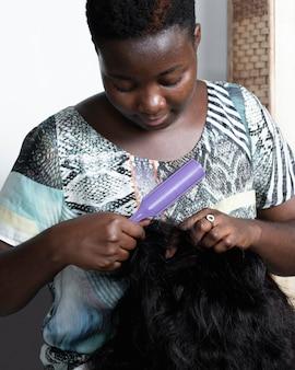 Kobieta z bliska oplatania włosów