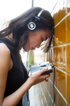 Kobieta z bliska ze słuchawkami