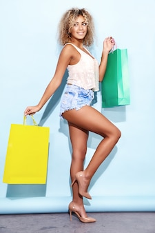Kobieta z blond fryzurę afro po zakupach