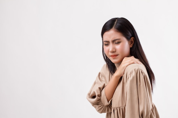 Kobieta z bólem barku lub szyi, sztywnością, urazem
