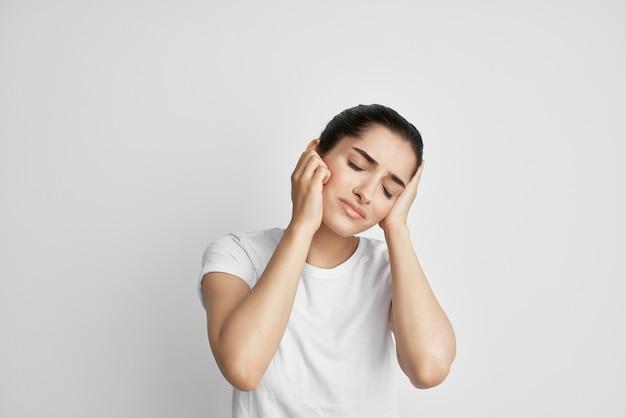 Kobieta z bólem głowy migrena depresja emocje