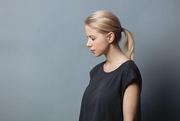 Kobieta z bólem głowy na szarej przestrzeni